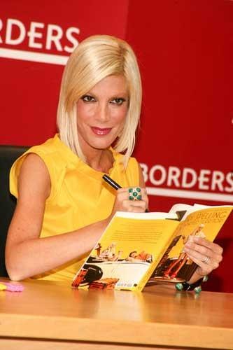 Tori Spelling autografa il suo libro Uncharted terriTORI