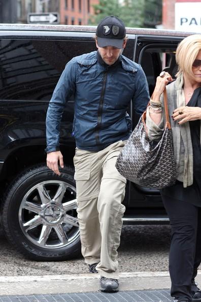 Bradley Cooper a New York. L'attore indossa un cappellino di A-Team