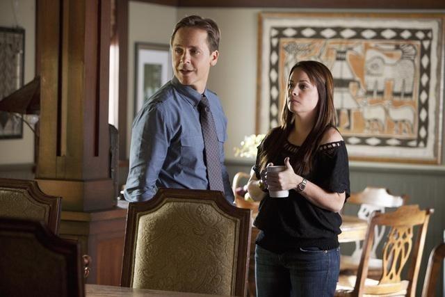 Chad Lowe ed Holly Marie Combs in una scena dell'episodio Reality Bites Me di Pretty Little Liars
