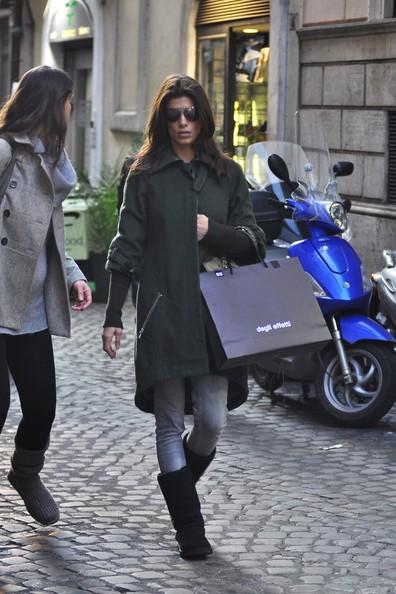 Elisabetta Canalis fa shopping a Roma con un'amica (2010)