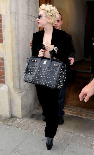 Lady GaGa lascia uno studio di registrazione con le immancabili scarpe con la zeppa e una borsa borchiata di Hermes Birkin