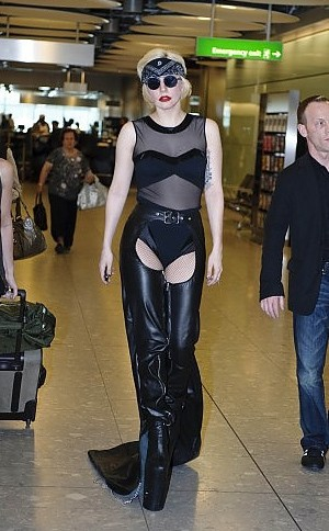 Le sue amate platform la tradiscono e Lady Gaga casca all'aeroporto di Heathrow davanti a tutti