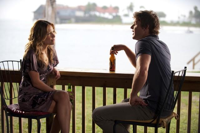 Matt Passmore e Kiele Sanchez in una scena del pilot della serie The Glades