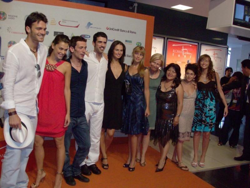 Beatrice Valente Covino, Nina Torresi, Giorgia Surina, Jacopo Cullin e Giulio Berruti in una foto di gruppo al Roma Fiction Fest 2008 per presentare L'ospite perfetto