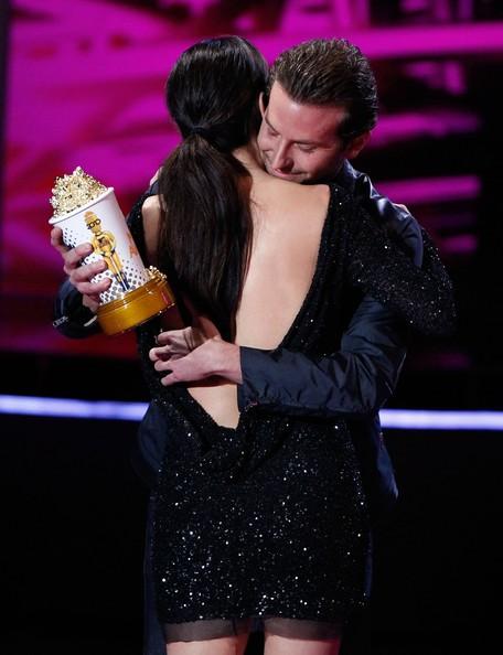 Sandra Bullock abbraccia Bradley Cooper sul palco del MTV Movie Awards 2010