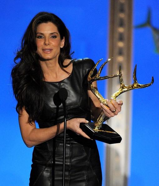 Sandra Bullock riceve un premio al Guys Choice Awards 2010. L'attrice ha ironizzato sulla forma del premio, che indirettamente sembra riferirsi alle sue vicissitudini personali.