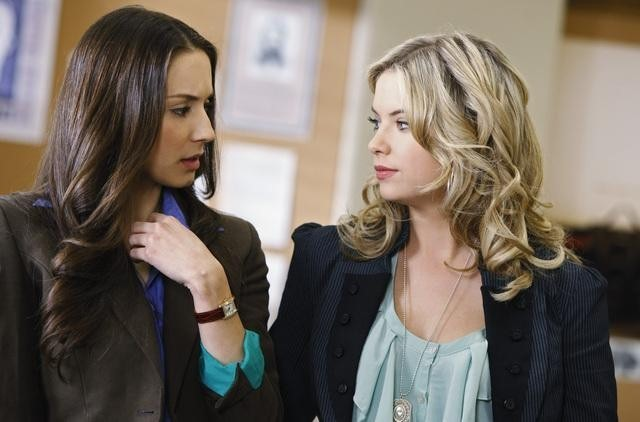 Troian Bellisario ed Ashley Benson in una scena dell'episodio Can You Hear Me Now? di Pretty Little Liars