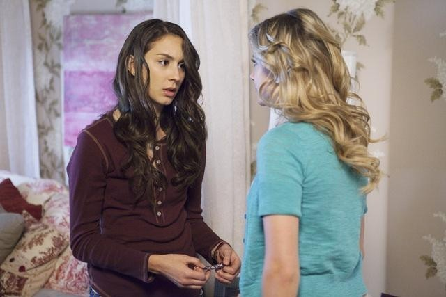 Troian Bellisario ed Ashley Benson nell'episodio Can You Hear Me Now? di Pretty Little Liars