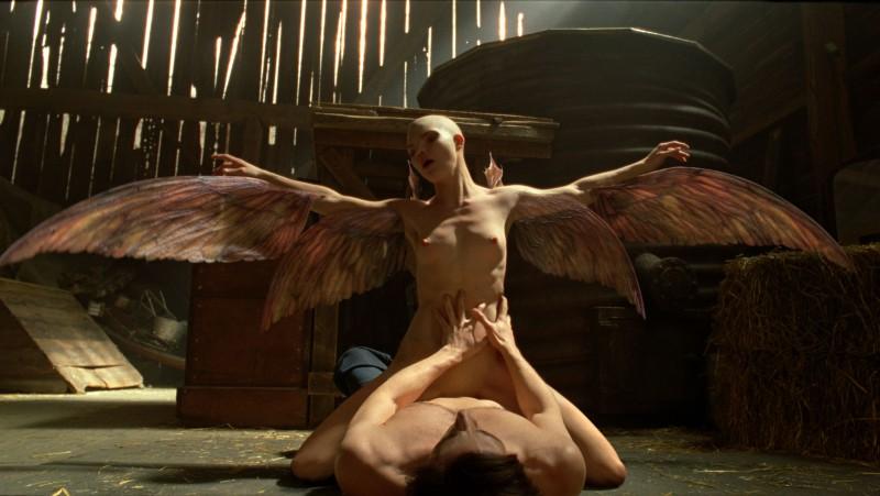 Un'immagine forte del film Splice con Adrien Brody e Delphine Chanéac