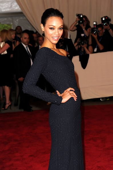 Una sorridente Zoe Saldana al The Metropolitan Museum of Art (New York, 2010)