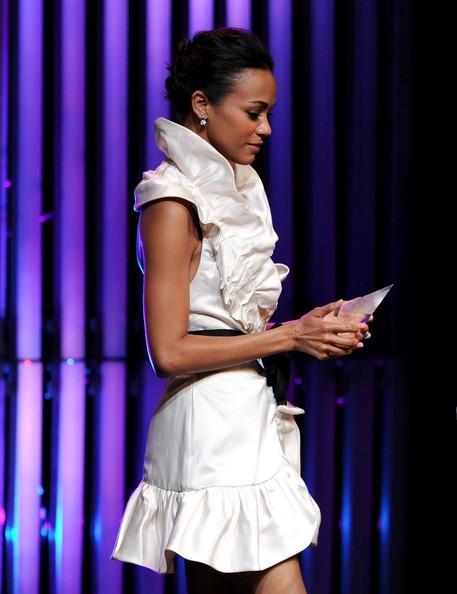 Zoe Saldana accetta il premio Face of the Future al Crystal + Lucy Awards: A New Era nel 2010