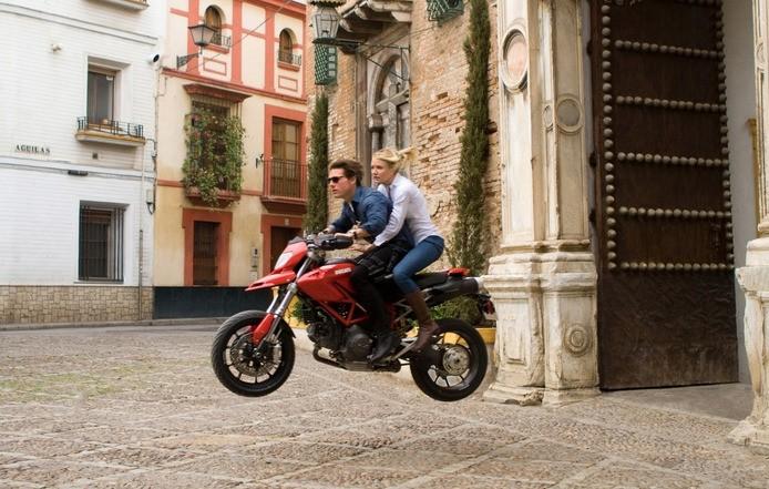 Cameron Diaz e Tom Cruise sfrecciano tra le strade di Siviglia nel film Innocenti bugie