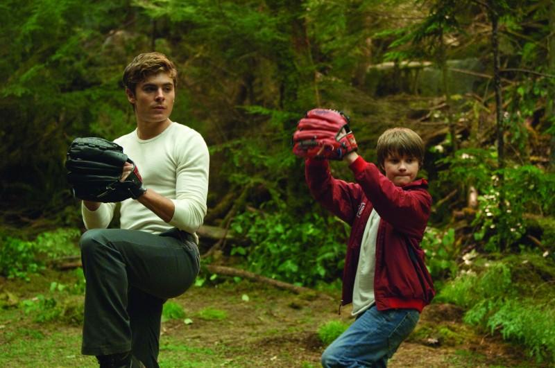 Charlie (Zac Efron) e il fratellino Sam (Charlie Tahan) in una scena del film Charlie St. Cloud