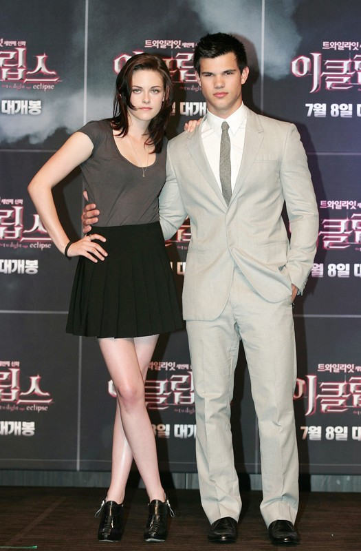 Kristen Stewart e Taylor Lautner posano alla Press Conference in Seoul per il film The Twilight Saga: Eclipse