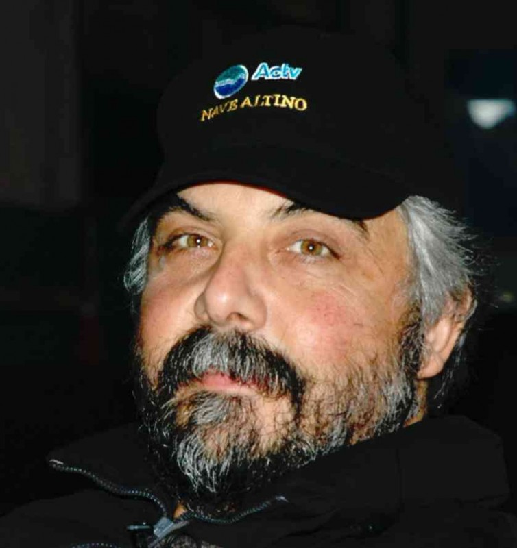 Piero Fontana seduto alla sedia del director