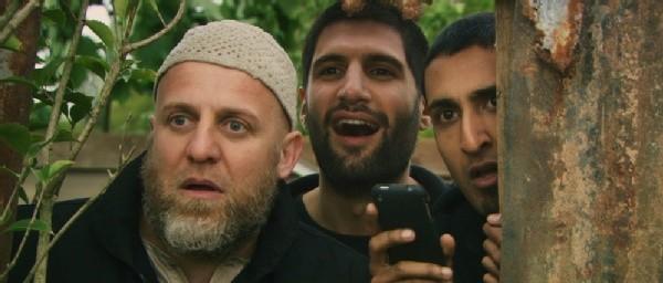 Riz Ahmed e Kayvan Novak in una scena del film Four lions