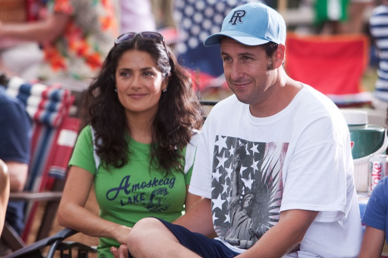 Salma Hayek e Adam Sandler nel film Un weekend da bamboccioni