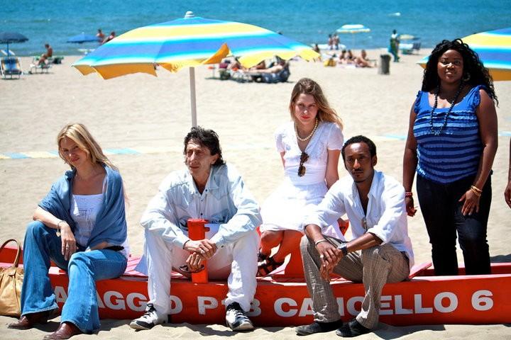 Un'immagine del cast dal set del film Tutti al mare