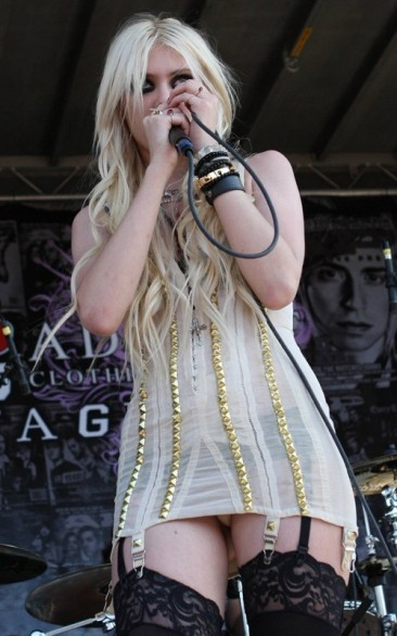 Taylor Momsen sul palco del Warped Tour