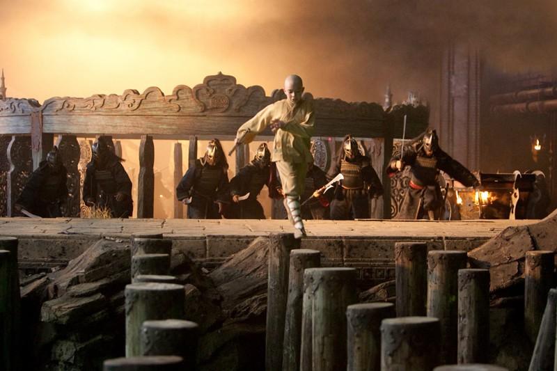 Aang (Noah Ringer) contro Soldati della Nazione del Fuoco nel film The Last Airbender