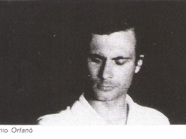 Antonio Orfanò in una scena di Parabolàno, testo e regia di Antonio Orfanò