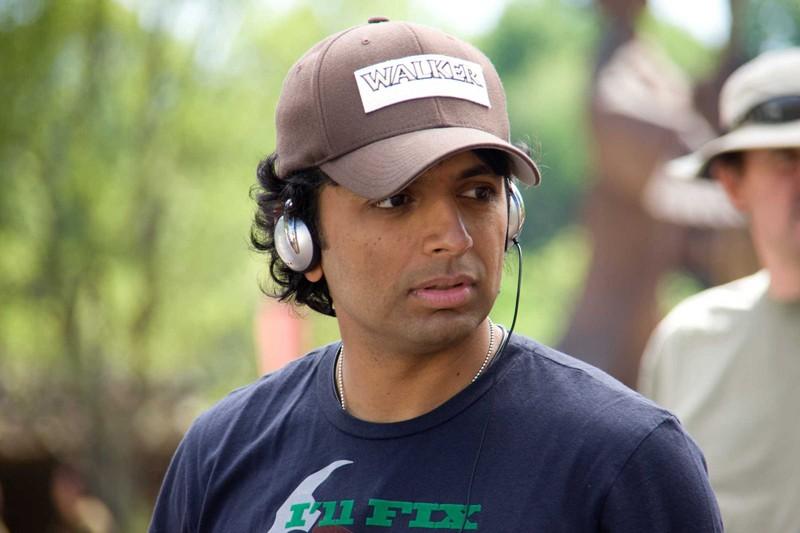 Il regista M. Night Shyamalan a lavoro sul set del film The Last Airbender