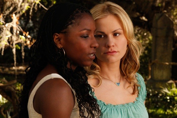 Rutina Wesley ed Anna Paquin nell'episodio It Hurts Me Too di True Blood