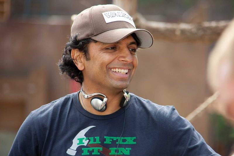 Un sorridente M. Night Shyamalan sul set del film The Last Airbender