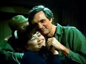 Alan Alda in una scena del telefilm M.A.S.H.