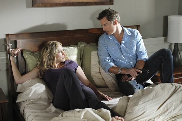 Drea de Matteo e John Barrowman nell'episodio The Ballad of Booth di Desperate Housewives