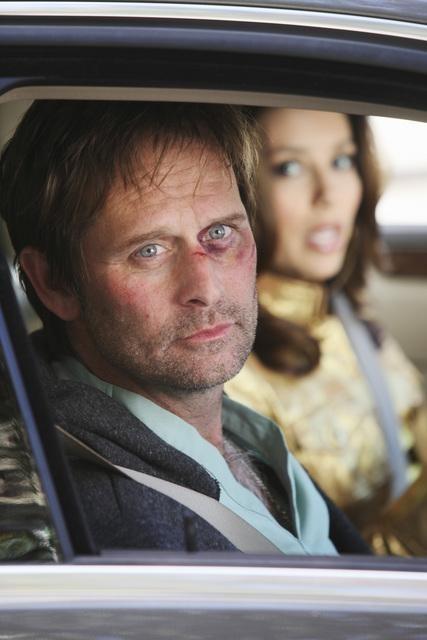 Jeffrey Nordling ed Eva Longoria Parker, sullo sfondo, nell'episodio I Guess This Is Goodbye di Desperate Housewives