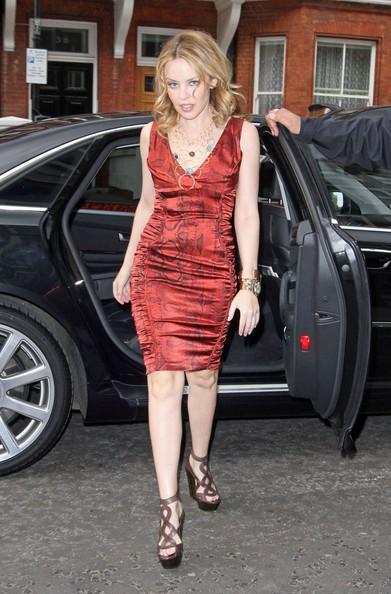 Una splendida Kylie Minogue in rosso