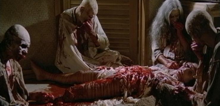 Olga Karlatos divorata dagli zombie in una scena splatter del film Zombi 2