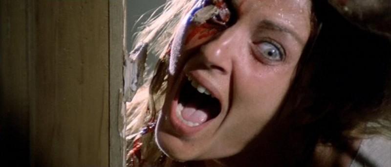 Olga Karlatos in una scena splatter del film Zombi 2