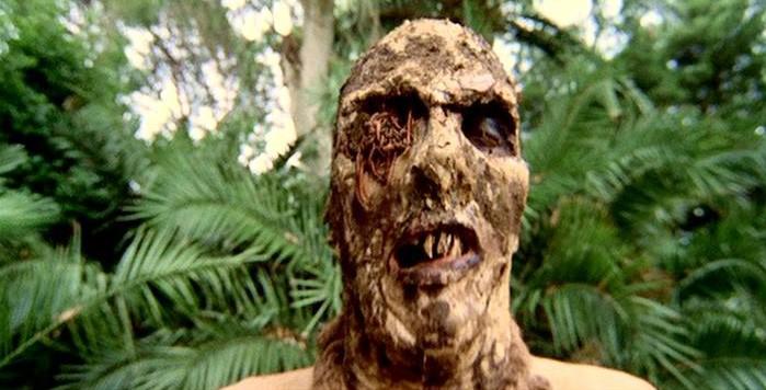 Una inquietante scena del film Zombi 2 di Lucio Fulci