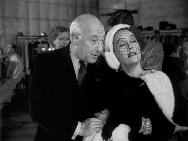 Cecil B. DeMille e Gloria Swanson in una scena del film Viale del tramonto