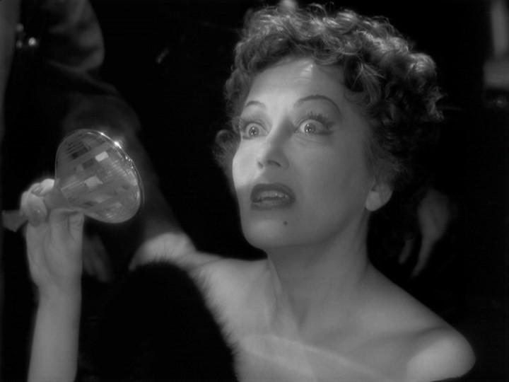 Gloria Swanson è Norma Desmond in una scena del film Viale del tramonto