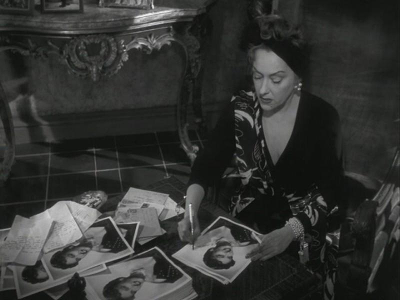 Gloria Swanson in una scena del film Viale del tramonto