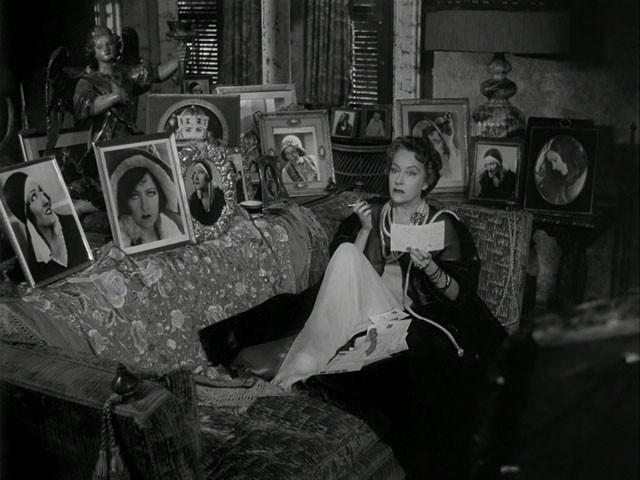 Gloria Swanson in una sequenza del film Viale del tramonto (1950)