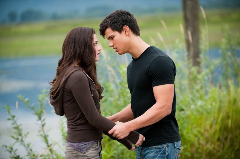 Jacob (Taylor Lautner) discute con Bella (Kristen Stewart) in una sequenza del film The Twilight Saga: Eclipse