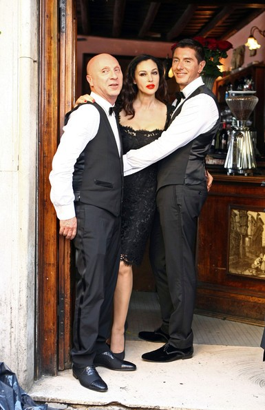 Monica Bellucci con Dolce e Gabbana durante le riprese dello spot Martini Gold (2010)