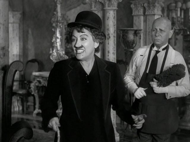 Un\'ironica Gloria Swanson con Erich von Stroheim in una scena del film Viale del tramonto