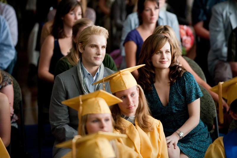 Peter Facinelli e Elizabeth Reaser alla cerimonia dei diplomi nel film The Twilight Saga: Eclipse