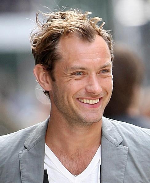 Jude Law sorride ai fotografi
