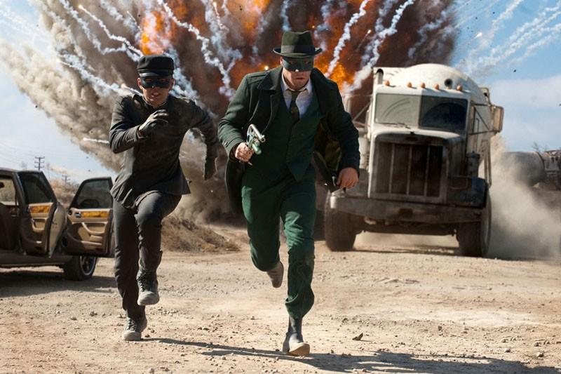 Una scena movimentata del film The Green Hornet con il protagonista (Seth Rogen) e Kato (Jay Chou)