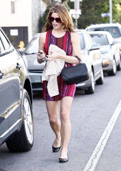 Ashley Greene in giro per Studio City con un amico