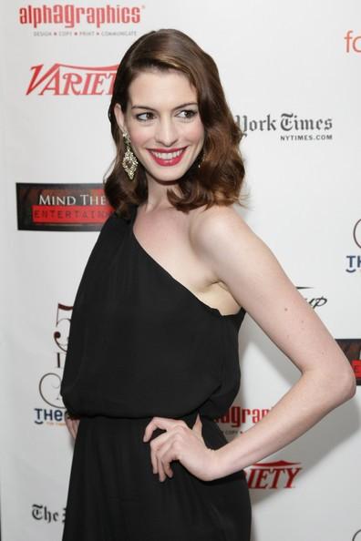 Una sorridente Anne Hathaway ai Drama Desk Award