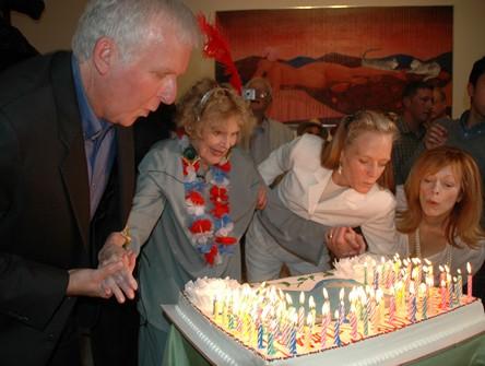 James Cameron, Gloria Stuart, Suzy Amis e Frances Fisher soffiano sulla torta di compleanno della Stuart, che compie cent'anni.