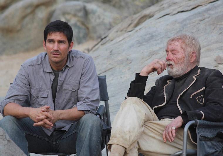 Jim Caviezel con John Whitely sul set di The Prisoner.