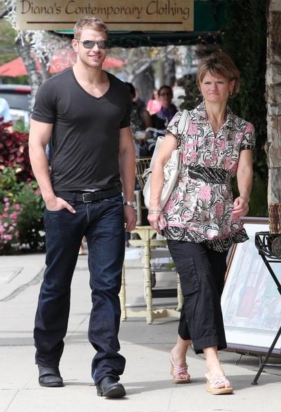 Kellan Lutz a passeggio con sua mamma, a Studio City